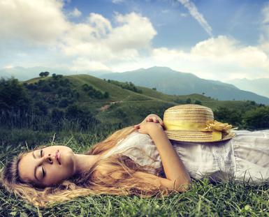 Frau schläft mit Hut
