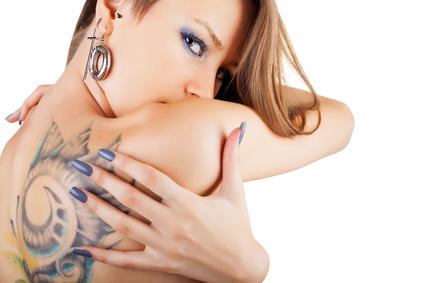 Frau mit Tattoo