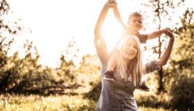 Mutter ist glücklich mit ihrem Sohn